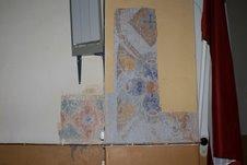 Arhitektoniskās izpētes grupas atsegtais fragments, kurā redzams autentiskais krāsojums (2009.g. jūnijs)